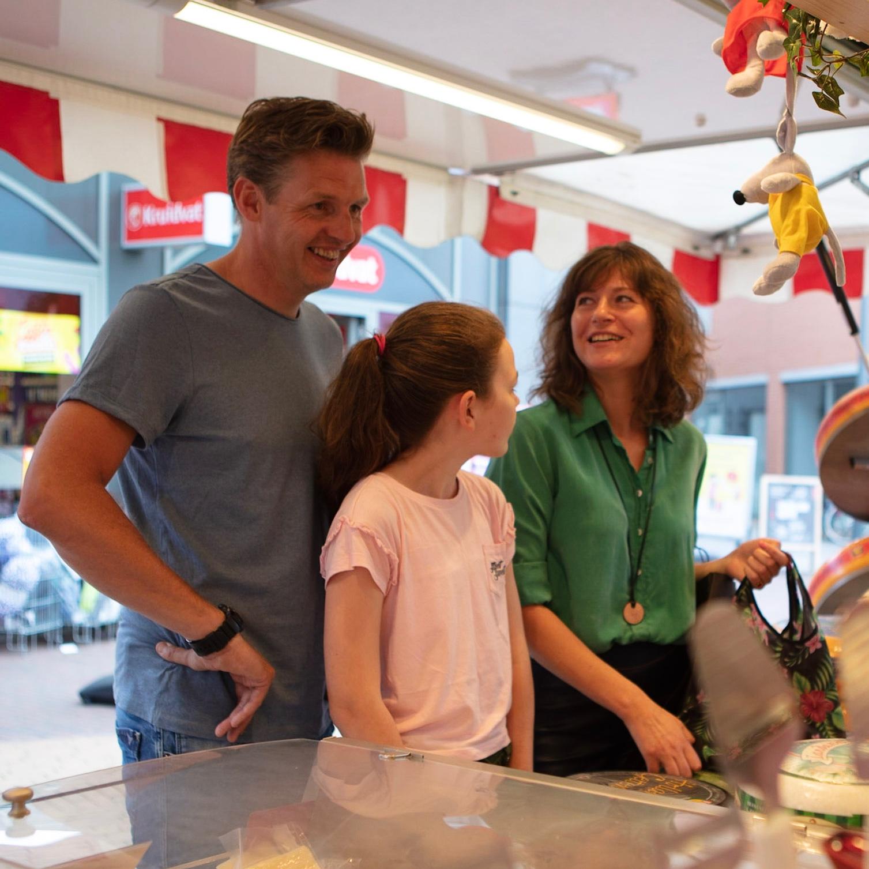 Lachend gezin op de markt