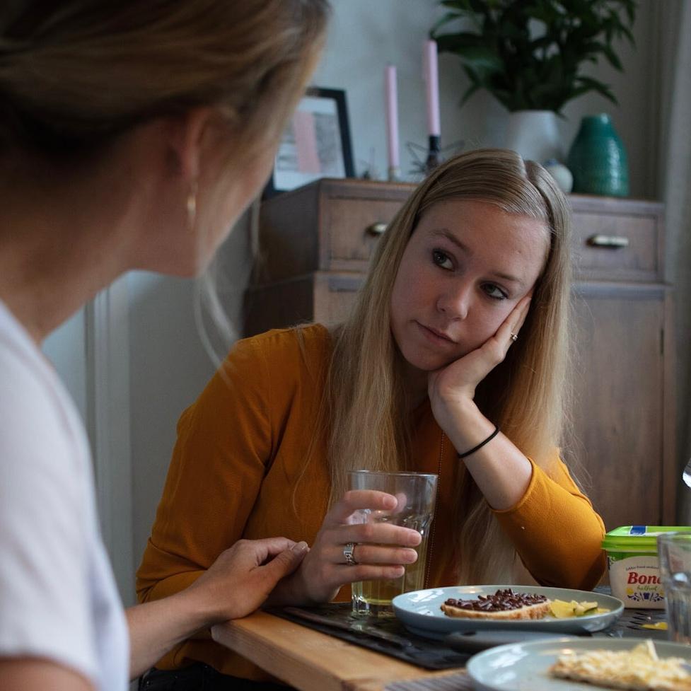 Meisje en moeder in gesprek