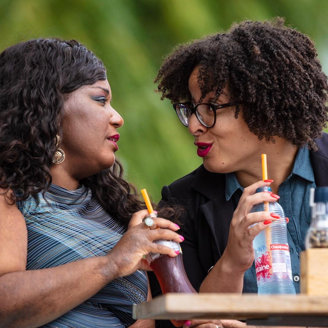 Twee vrouwen op een terras.