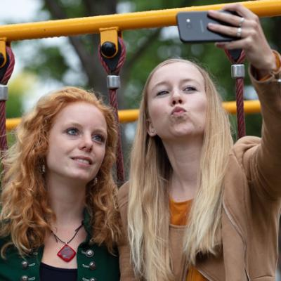 Twee jongeren maken selfie