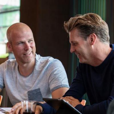 Twee mannen in gesprek