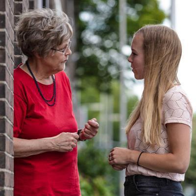 Oma en meisje in gesprek