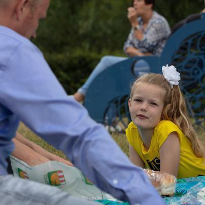 Meisje en vader aan picknick