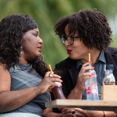 Twee vrouwen op terras