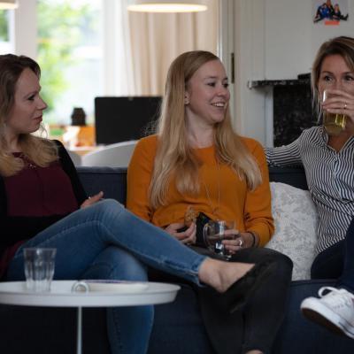 Drie vrouwen op de bank