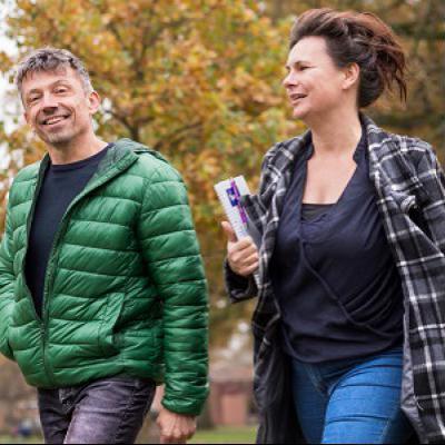 Man en vrouw aan wandelen