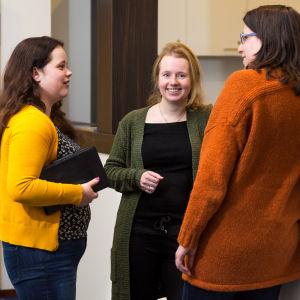 Drie vrouwen in gesprek