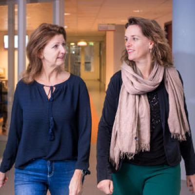 Twee vrouwen wandelen