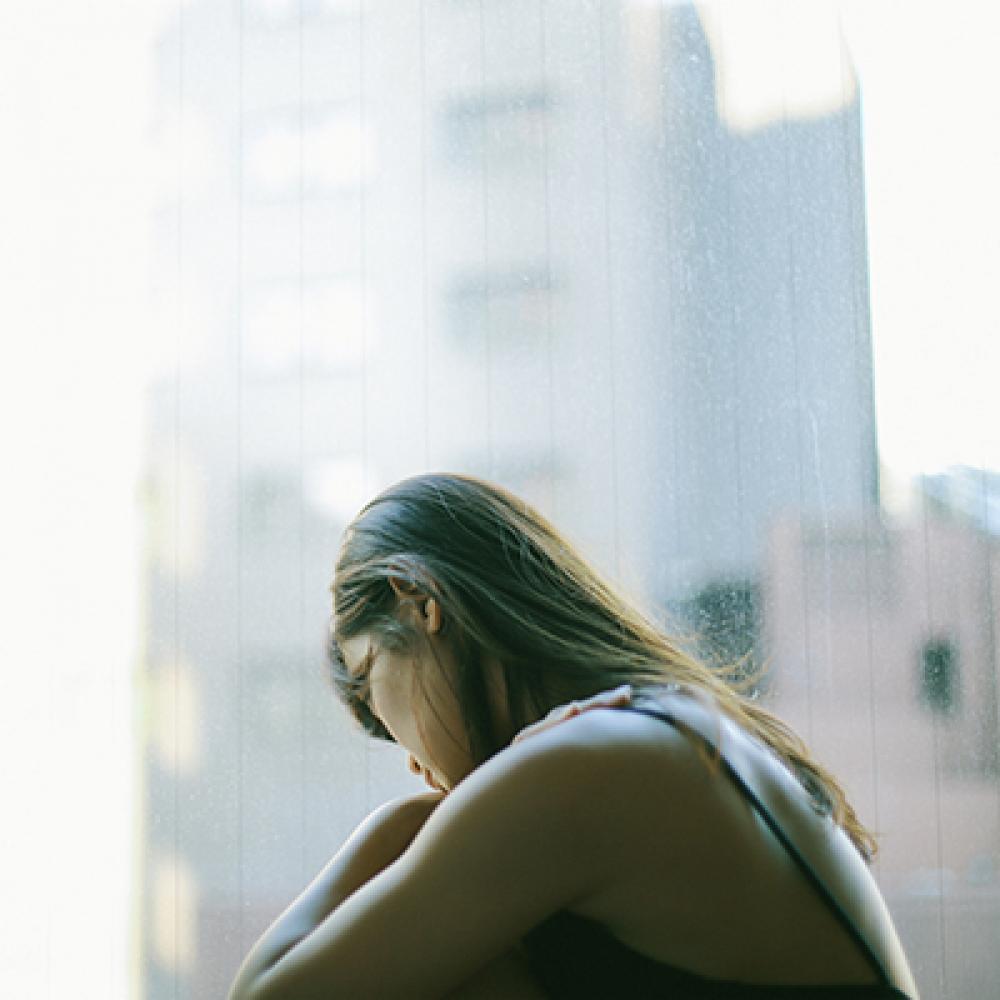 vrouw kijkt naar buiten