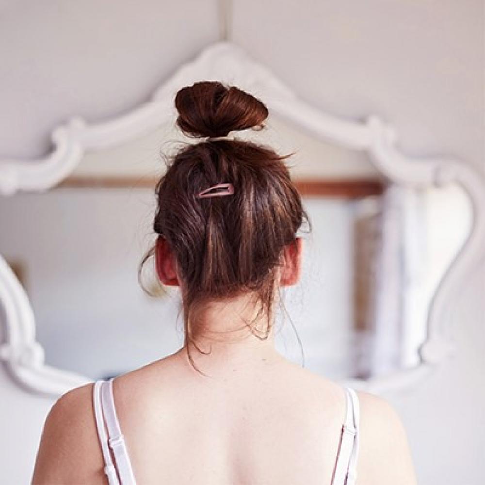 meisje voor de spiegel
