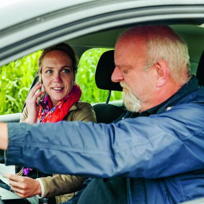 Medewerkers Crisisdienst in auto