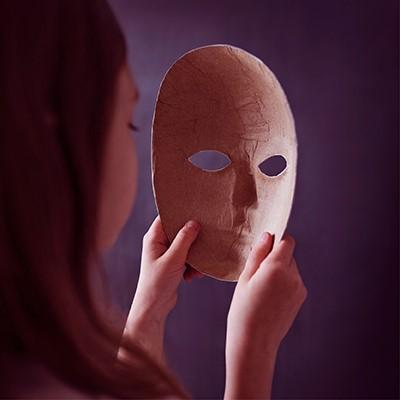 vrouw houdt masker in haar handen