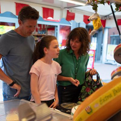 gezin koopt kaas