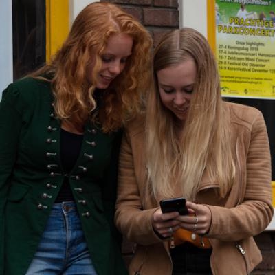 Jongeren op telefoon