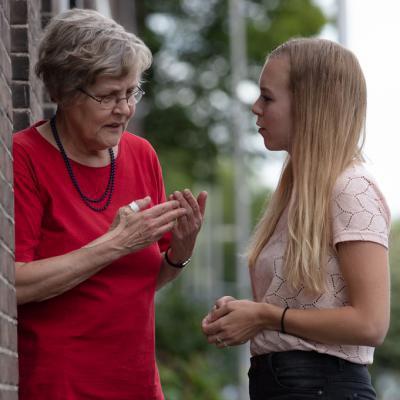 Oma met kleindochter in gesprek