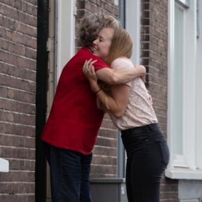 Oma knuffelt kleindochter
