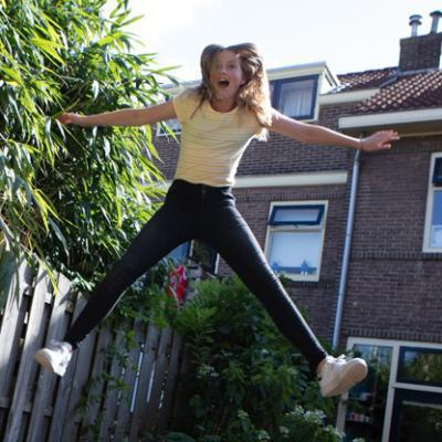 meisje op trampoline