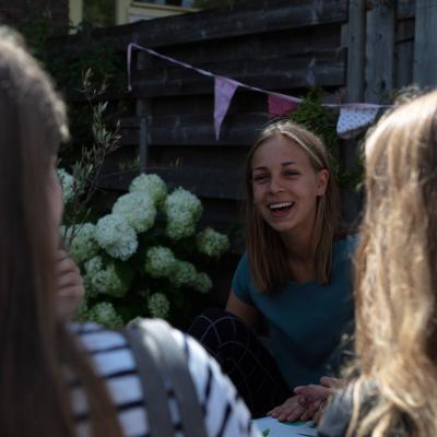 meisje lachend verjaardagsfeest