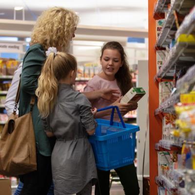 Moeder met kinderen in supermarkt