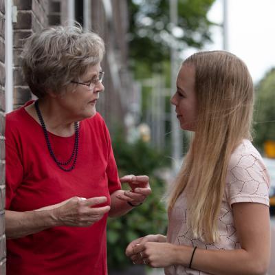 oma en kleinkind in gesprek