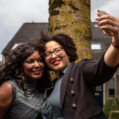 Twee dames maken selfie