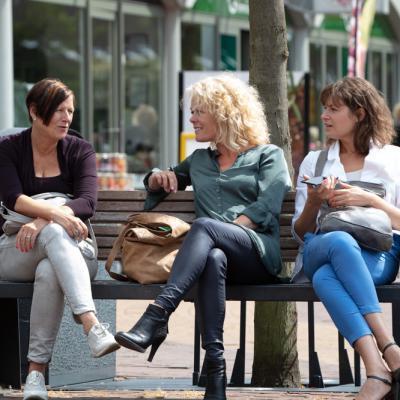 Vrouwen praten op bankje