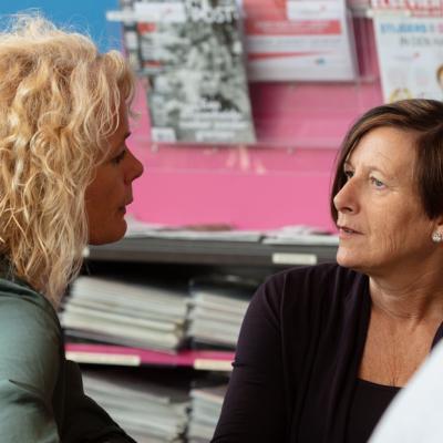 Twee vrouwen in gesprek in de bieb