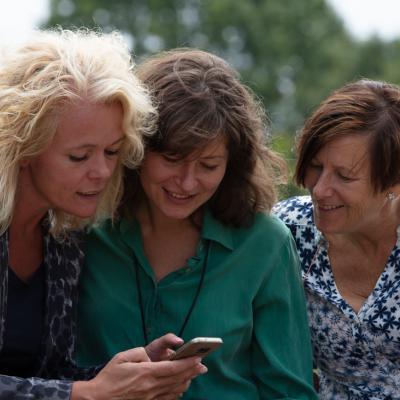Vrouwen op telefoon