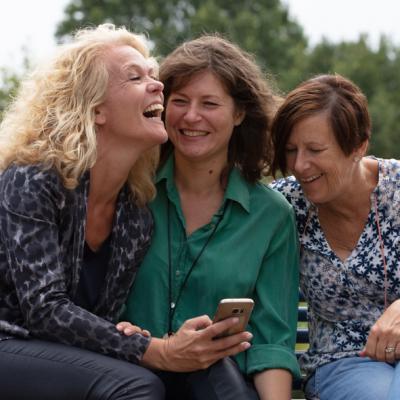 3 vrouwen met telefoon