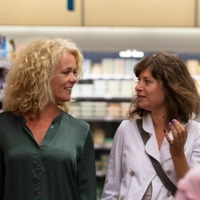 Twee vrouwen kijken elkaar aan in de supermarkt