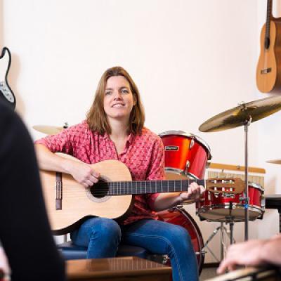 Vrouw speelt gitaar