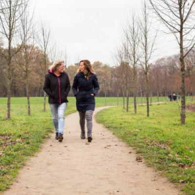 vrouwen wandelen buiten
